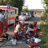 Kurz nach ihrer Landung versorgen und stabilisieren die Stuttgarter Luftretter Verena Brändle und Tilman Heger den Patienten. Innerhalb von nur acht Minuten fliegen sie den Verletzten weiter ins Klinikum.