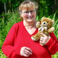 Marlene Bremer hat bis heute bereits 480 Tröstebären an die Einsatzcrews und somit auch etwas Trost an verletzte oder erkrankte Kinder gespendet.