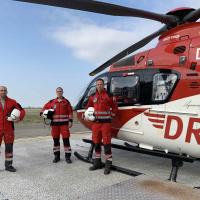 Die Crew am heutigen Geburtstag der Station: v.l. Gilles Kodsi, Pilot, Sebastian Geißert, HEMS TC, und Dr. Jörn Hötzel, Notarzt. (Quelle DRF Luftrettung)