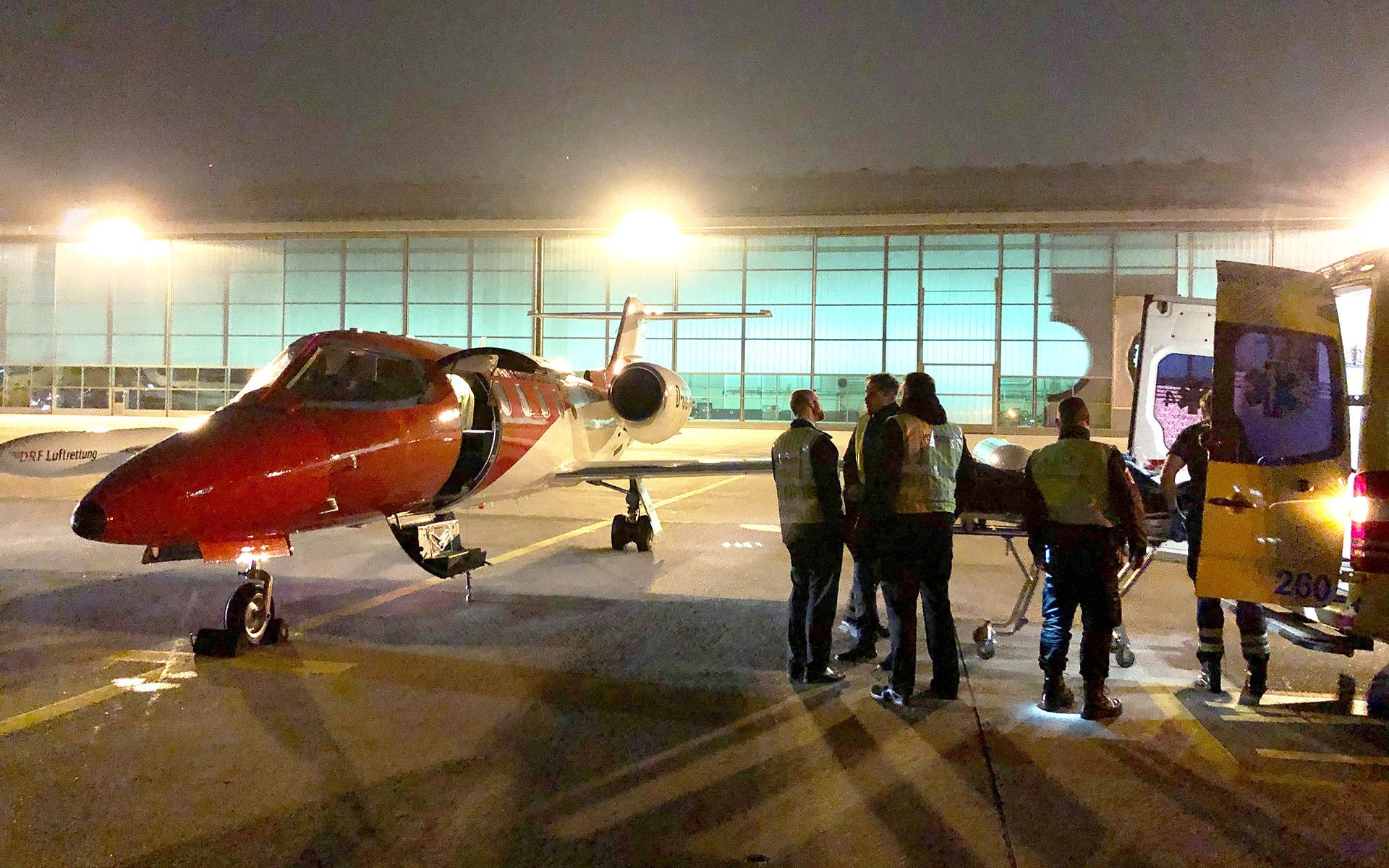 Die Patientin wird in Genf im Hangar umgeladen. Foto: L. Tausendfreund