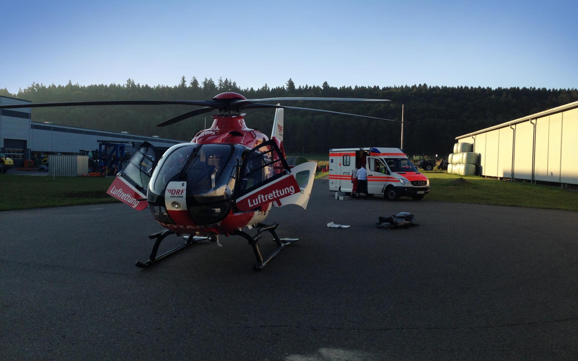 Nach nur knapp zehn Minuten trifft Christoph 45 am Einsatzort - einem Firmengelände in Pfullendorf - ein. Die Luftretter aus Friedrichshafen transportieren den Patienten umgehend zu den CRONA-Kliniken des Universitätsklinikums Tübingen.