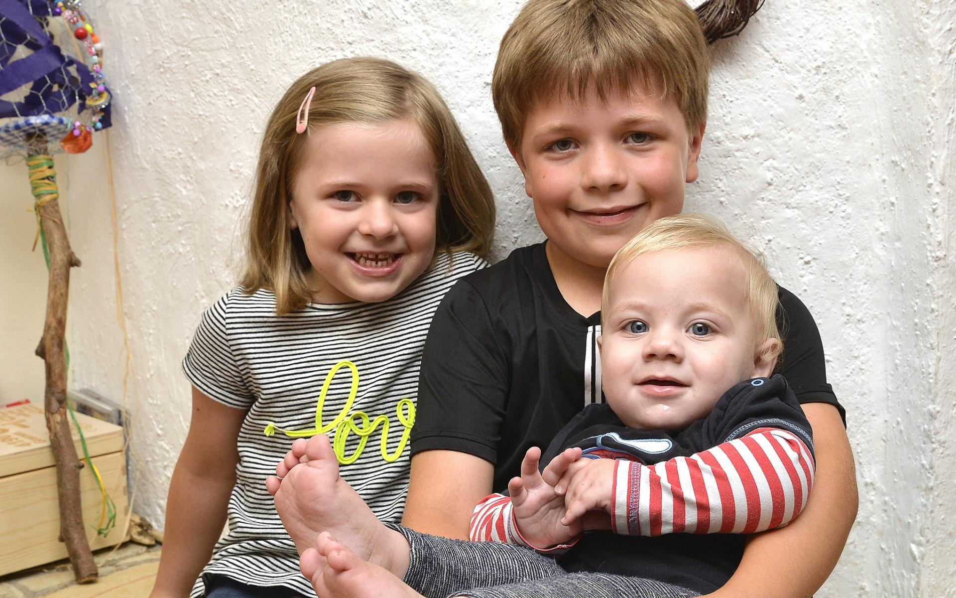 Drei glückliche Geschwister: Matti wird am 19. Juli acht Jahre alt, Mila ist fünf. Und den einjährigen Joost mögen beide sehr, wie man sieht.