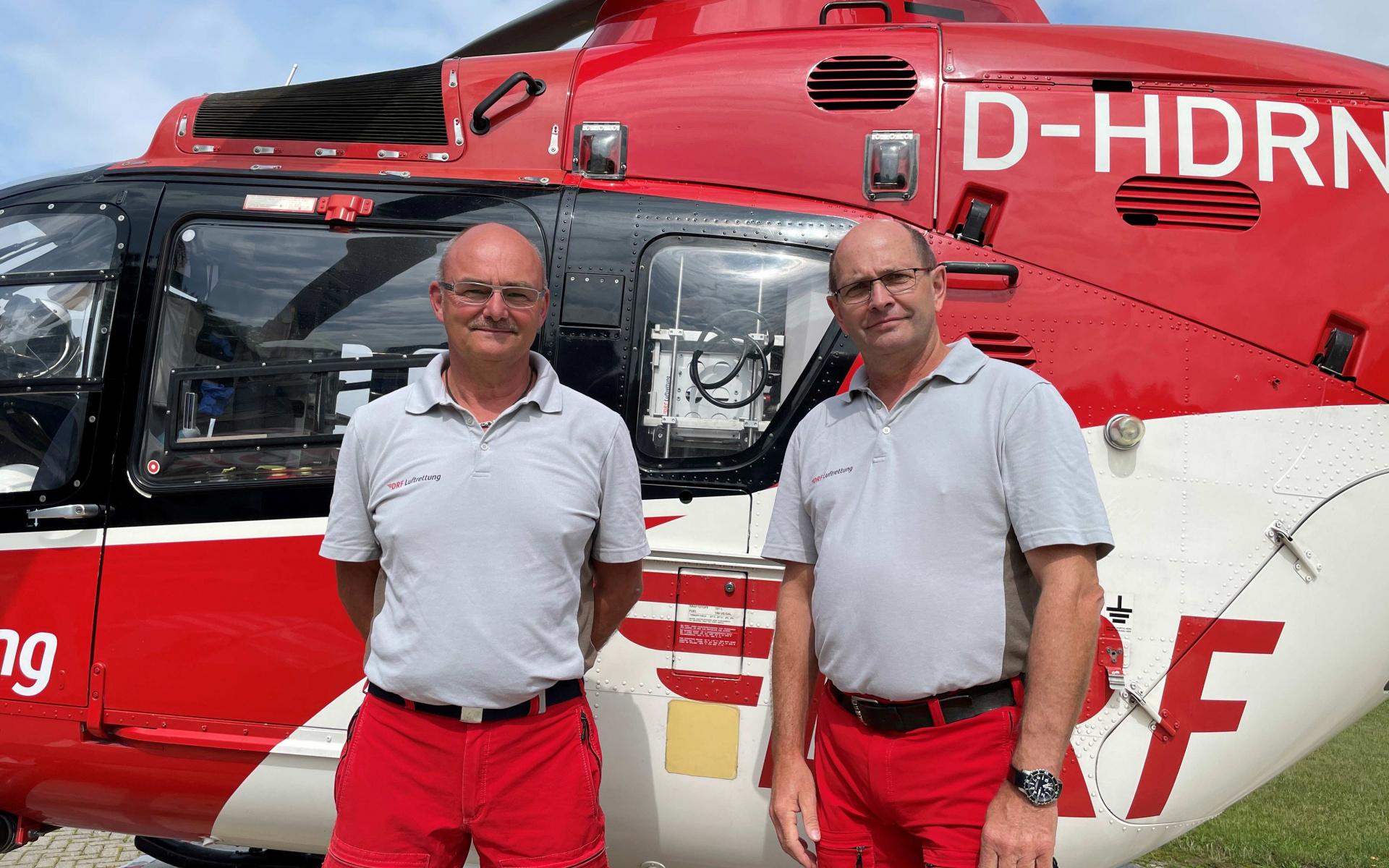 """Jörg Stöber und Arno Wickmann sind seit 30 Jahren als Notfallsanitäter an Bord von """"Christoph 44"""" in Göttingen tätig. (Quelle: DRF Luftrettung)"""