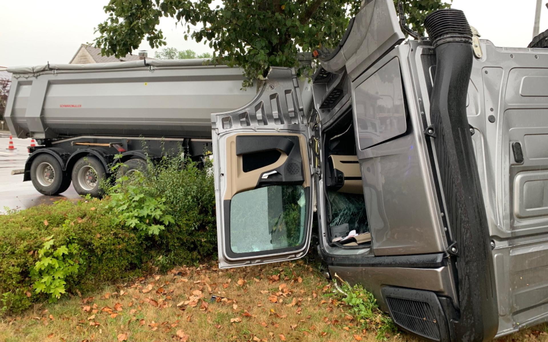 Bei einer Kollision zweier Laster werden die drei Insassen schwer, teils lebensbedrohlich, verletzt.