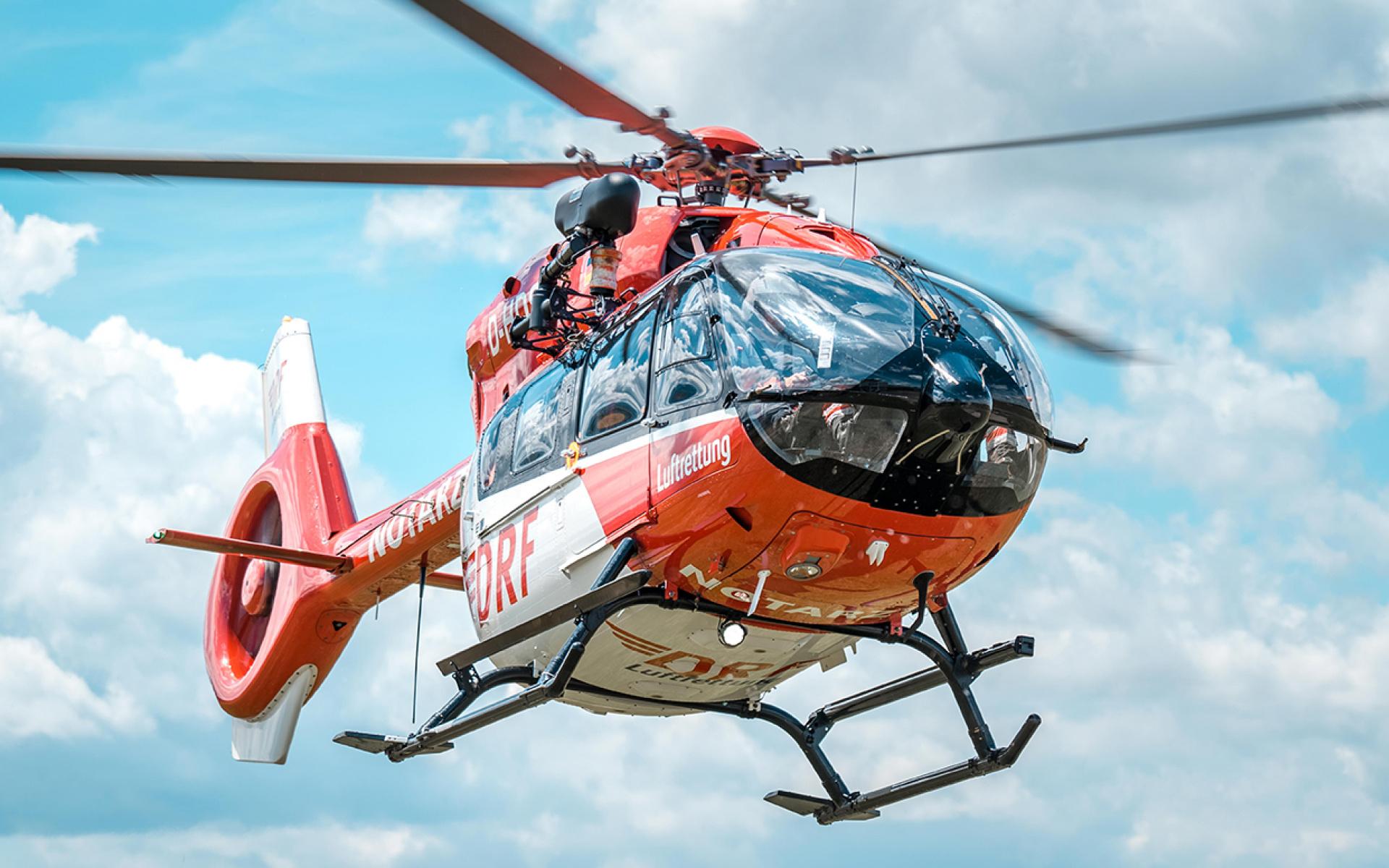 Ein Hubschrauber des Typs H145 mit Rettungswinde der DRF Luftrettung im Flug.