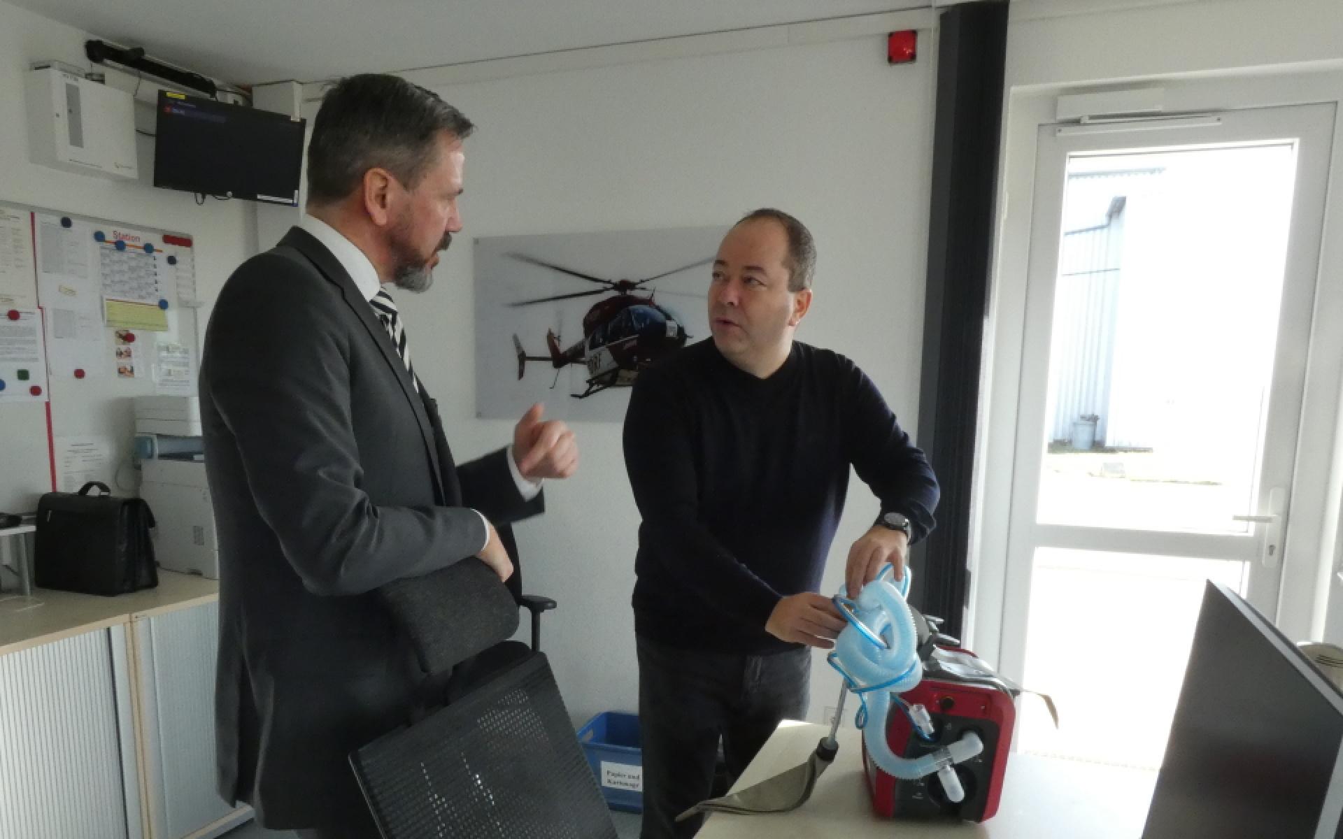 Martin Rith (links), Regionaldirektor Privatkunden Stuttgart-Mitte, lässt sich die Funktionsweise des Intensivbeatmungsgeräts Hamilton-T1 erklären.