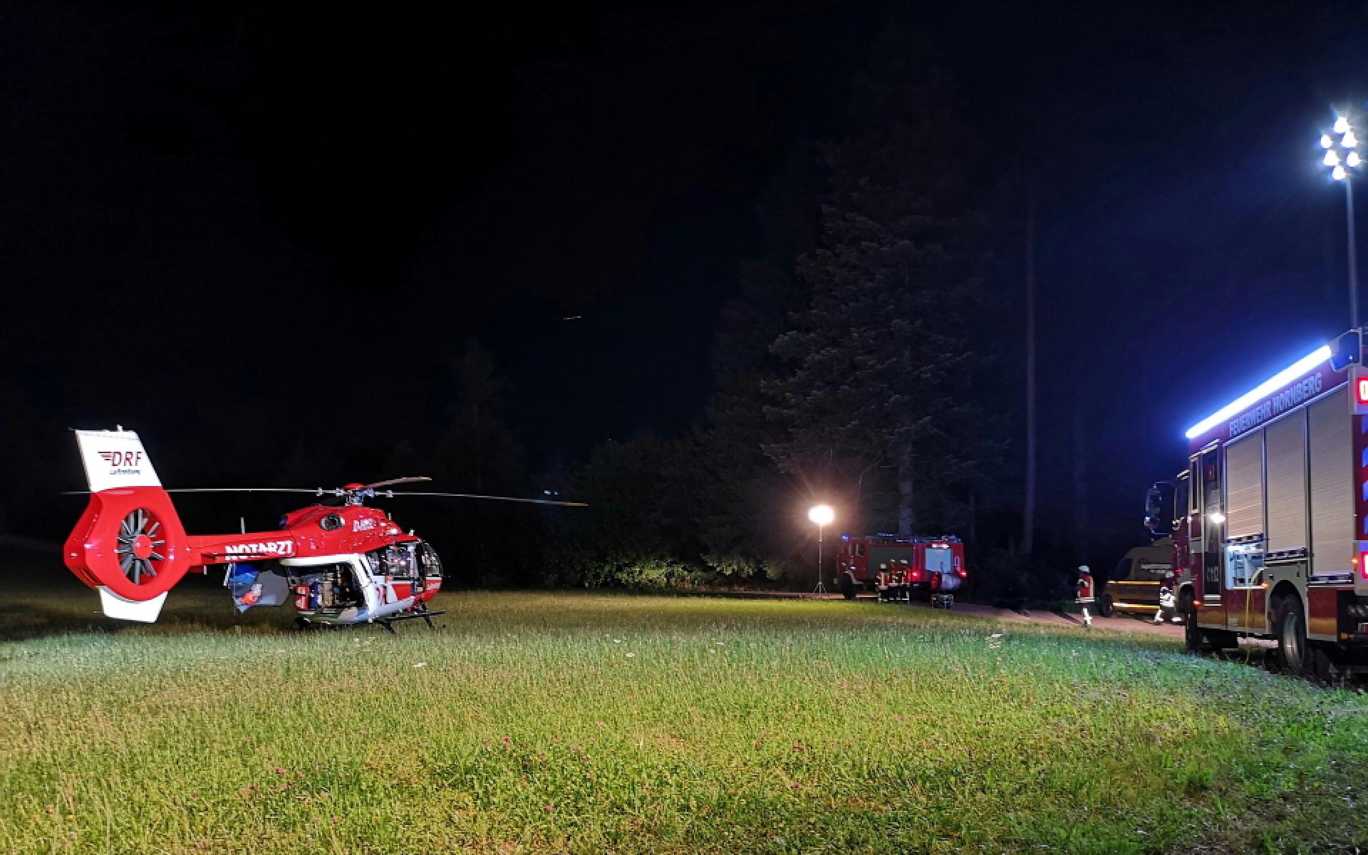 Am Einsatzort leuchtet die Feuerwehr neben der Unglückstelle auch den Landeplatz für Christoph 11 aus.