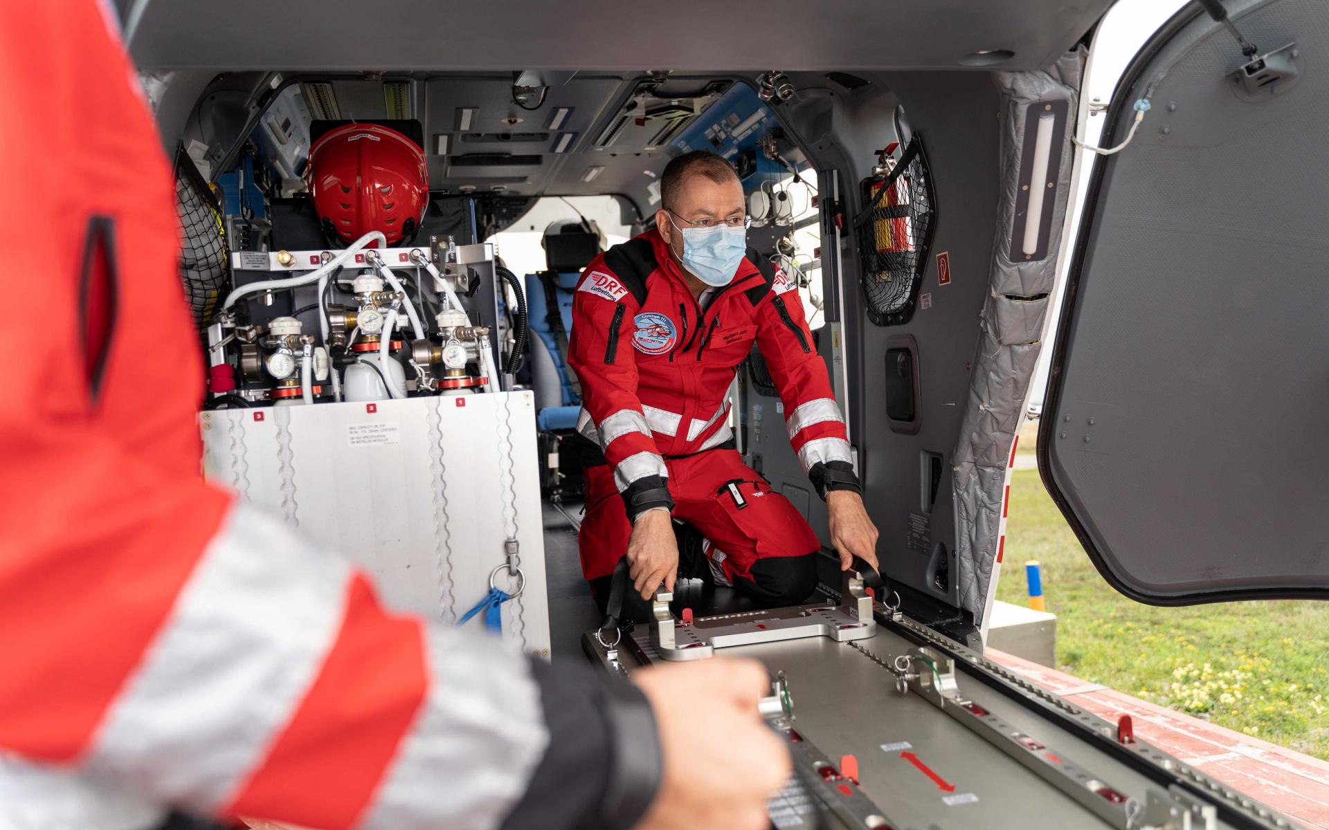 Die Bodenplatte wird einfach und sicher auf dem Hubschrauberboden montiert.