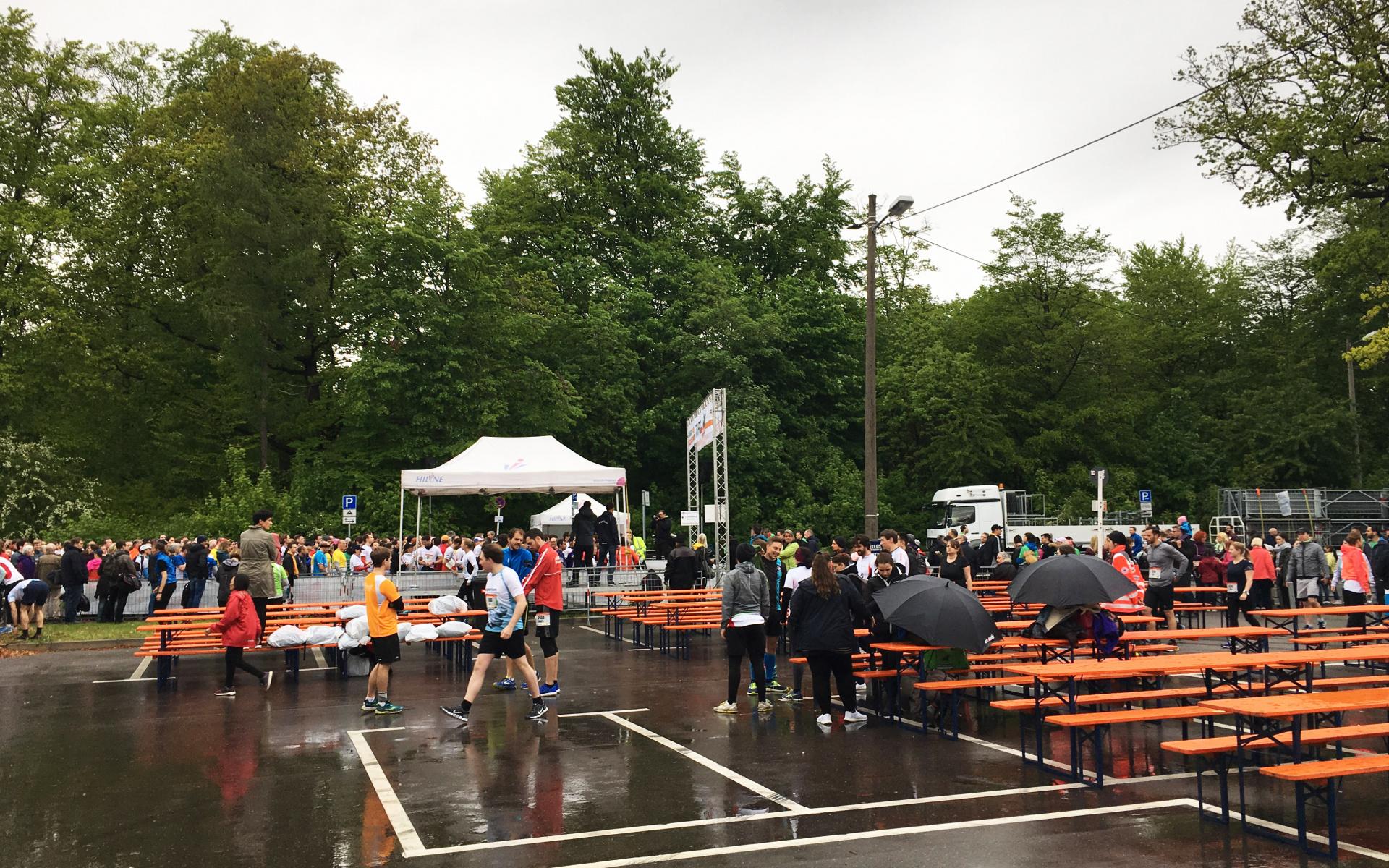 Der Start erfolgte in Blöcken, insgesamt gingen rund 6.000 Läuferinnen und Läufer an den Start.