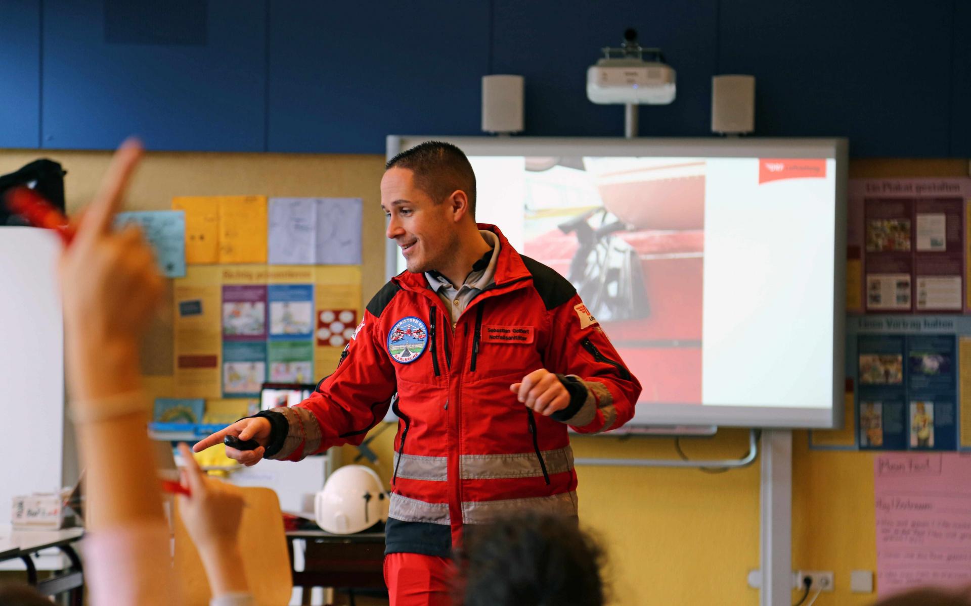 Sebastian Geißert, Notfallsanitäter der DRF Luftrettung, besuchte zum zweiten Mal die Grundschule in Wörth und stellte den Kindern die Arbeit der Luftretter vor. Foto: Jana Brunck