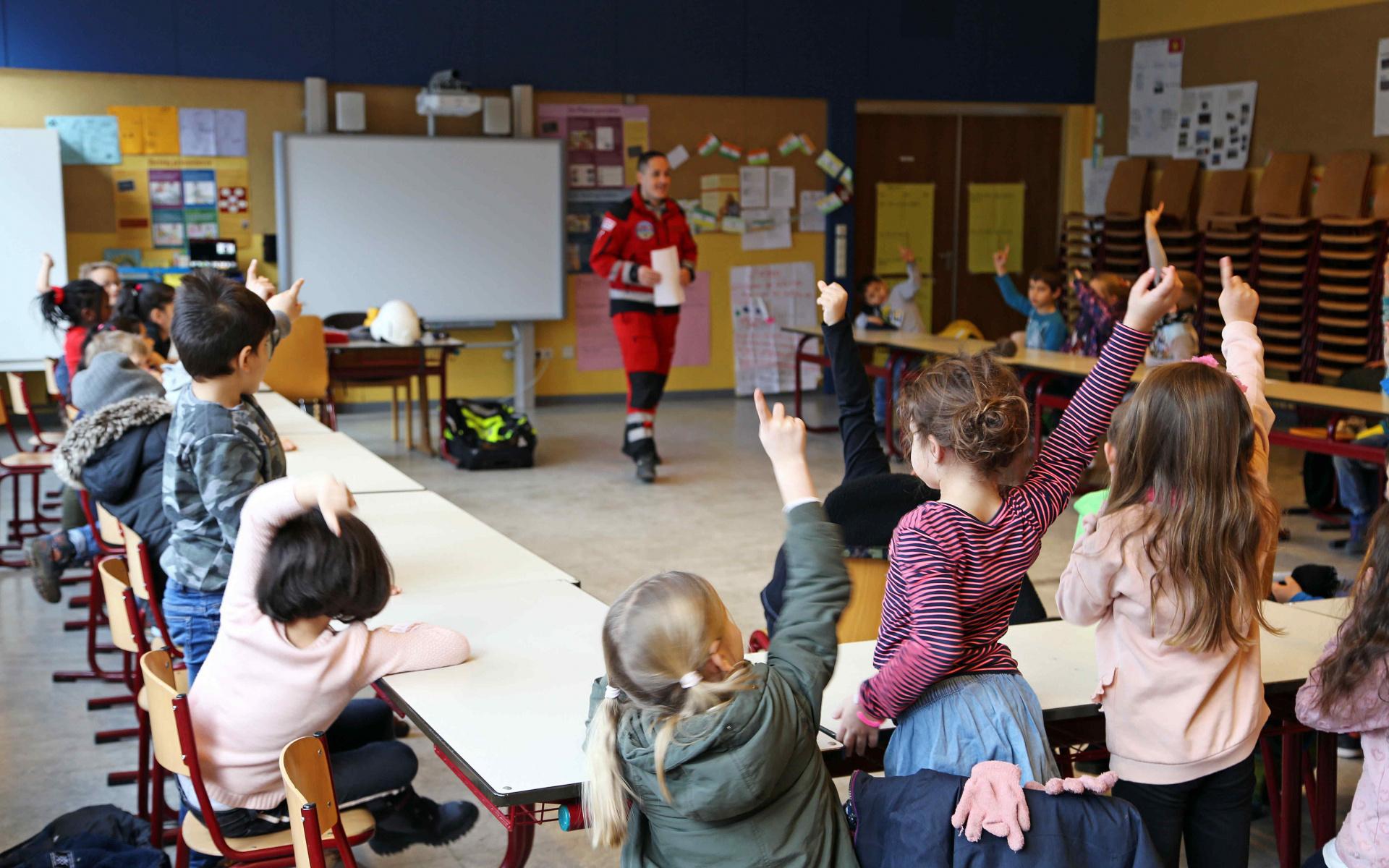 Die Grundschulkinder der Klassen 1 bis 4 waren erneut hoch interessiert am rot-weißen Hubschrauber und den Luftrettern. Foto: Jana Brunck