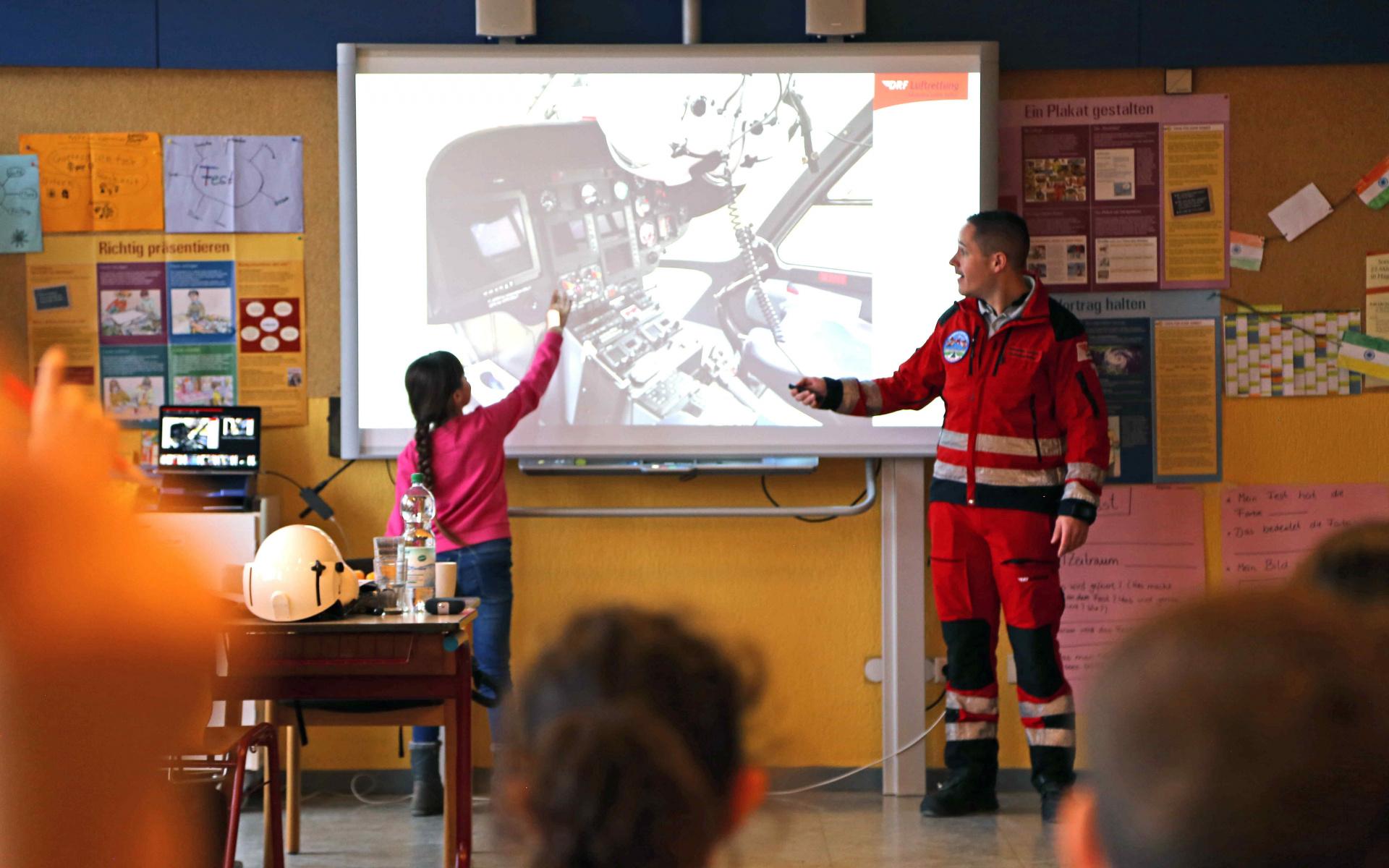 Der Notfallsanitäter der DRF Luftrettung erklärte den Kindern viele Details zum Karlsruher Hubschrauber Christoph 43. Foto: Jana Brunck