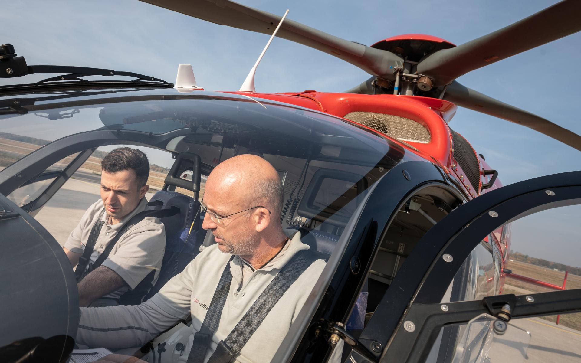 """Als leidenschaftlicher Musiker schwört Sebastian Fuhr bei den Checks auch auf sein Gehör: """"Ich achte genau darauf, welche Geräusche der Hubschrauber während des Fluges von sich gibt. Man hat durch das genaue Hinhören auf die Geräusche zum Beispiel eine grobe Idee was die Drehzahl der Triebwerke und die des Rotors macht – bevor man auf die Anzeigen im Cockpit schaut."""""""