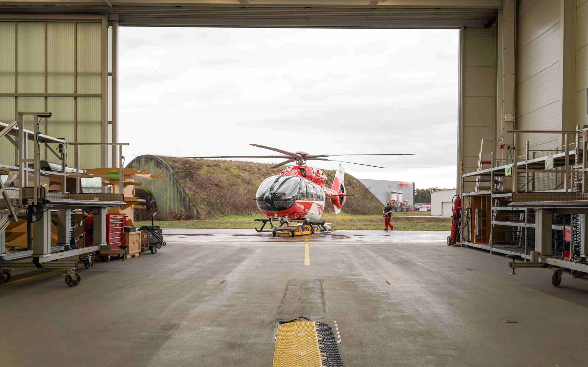 Erstmals fährt eine H145 mit Fünfblattrotor in die Werfthalle.