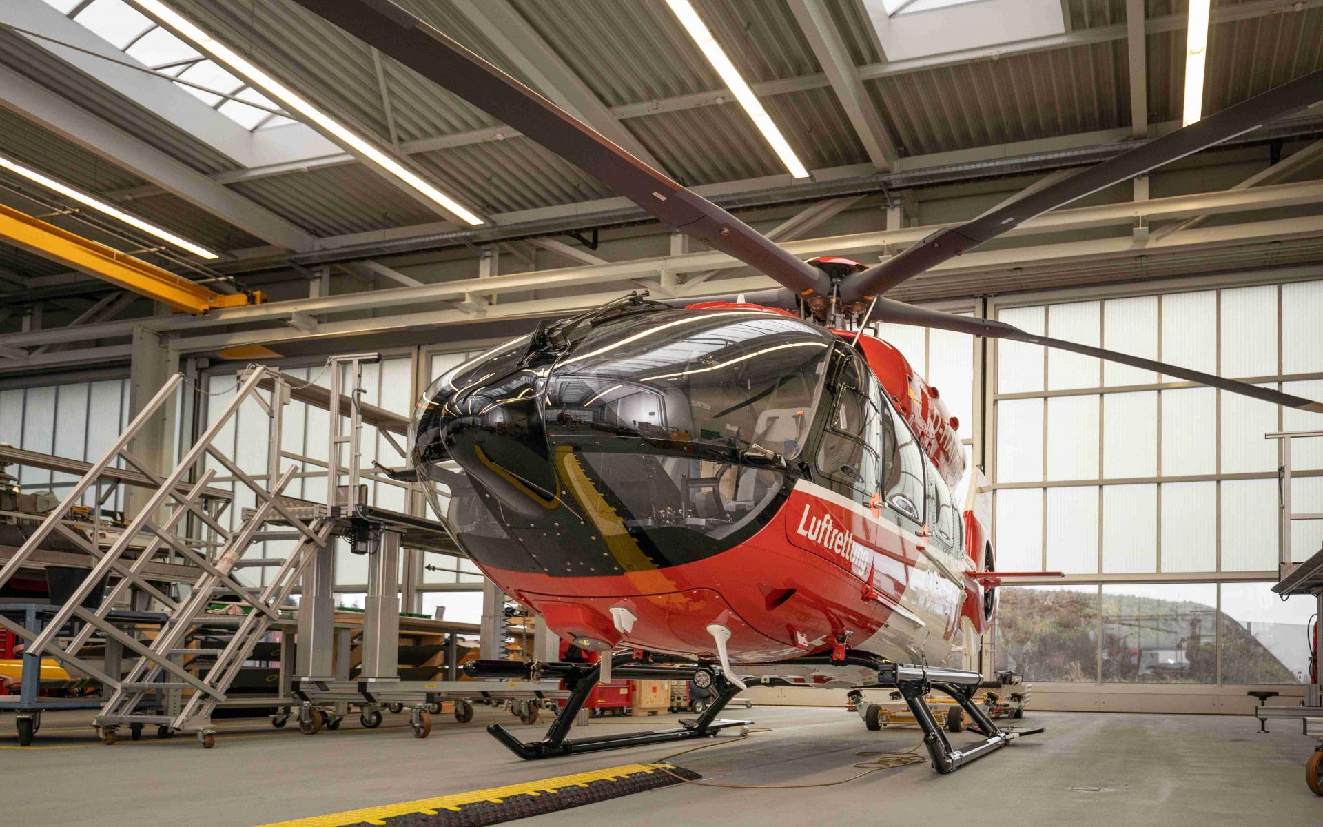 In der Werft wird die H145 mit Fünfblattrotor auf ihren Einsatz vorbereitet.