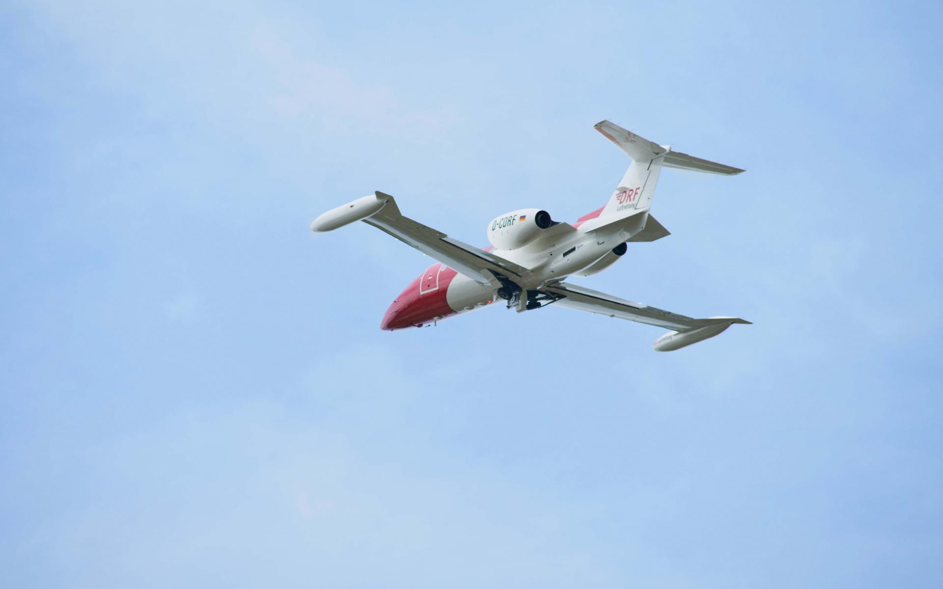 Ein Learjet der DRF Luftrettung kurz nach dem Start.