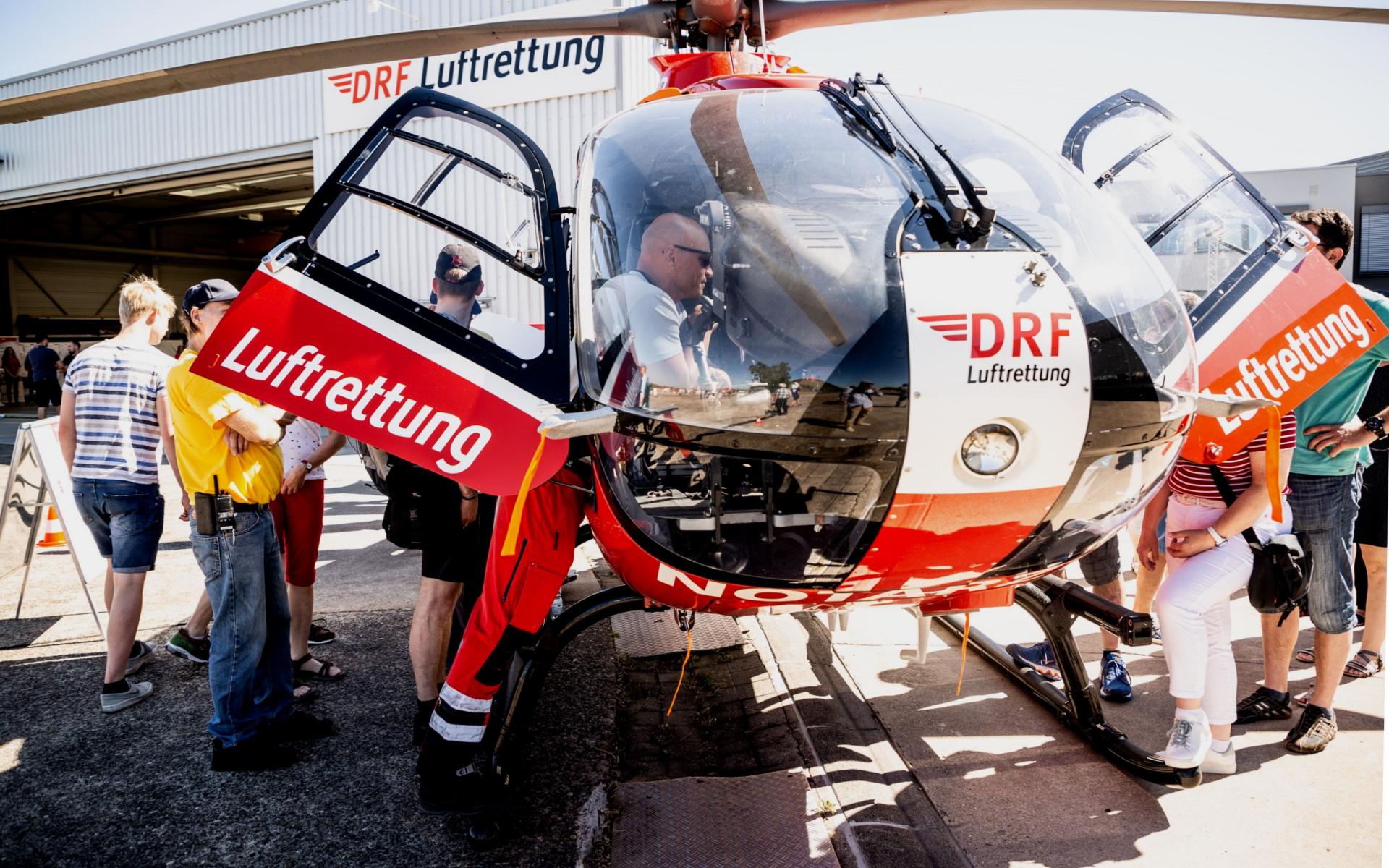 An jedem Fluggerät standen Mitarbeiter der DRF Luftrettung bereit, um Besuchern die hochmoderne Ausrüstung und das Einsätzspektrum der Maschinen zu erläutern. Hier eine H 135.