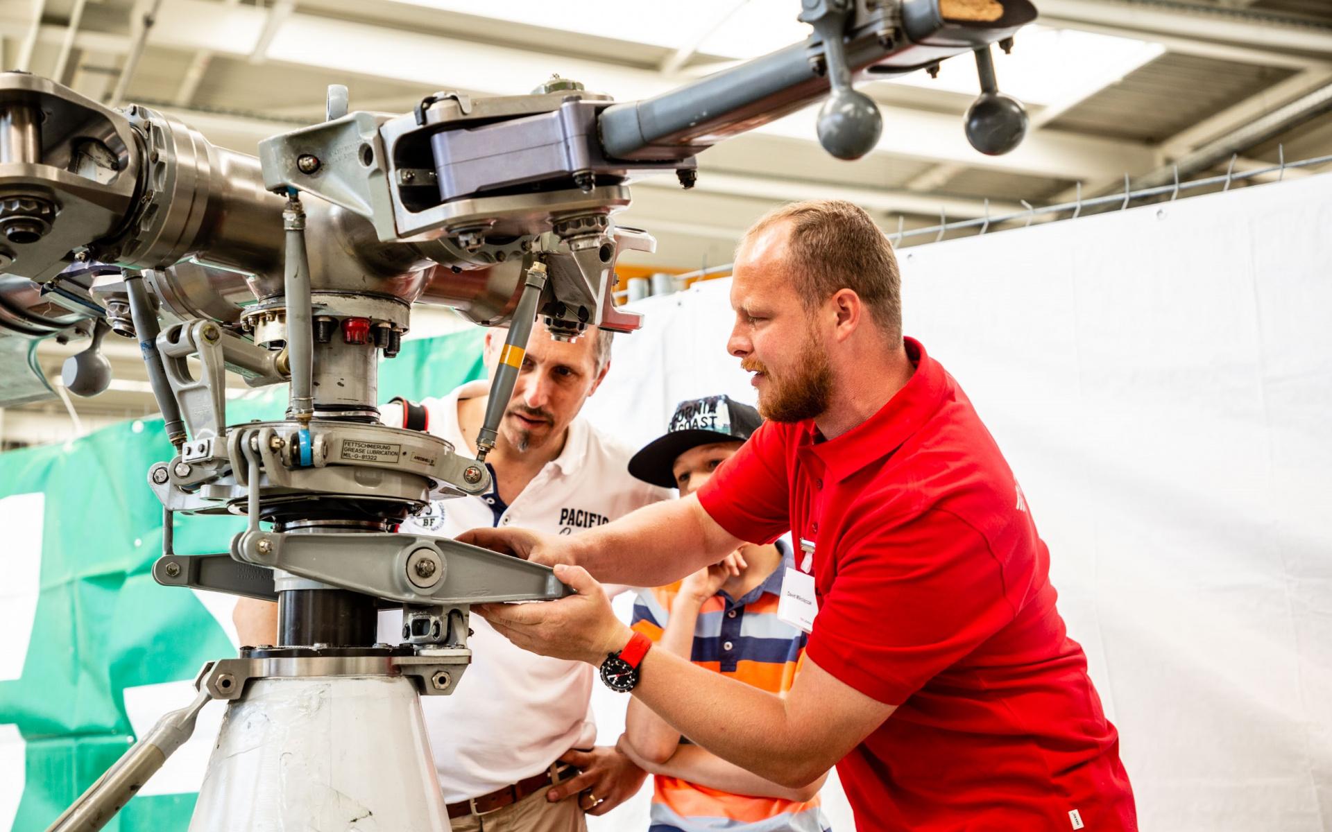 Auch die Techniker ließen sich über die Schulter schauen bei ihrer Arbeit, hier an einem Rotorkopf.