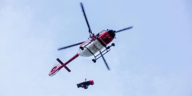 Christoph 62 der DRF Luftrettung im Einsatz mit Windenrettung