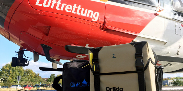 In einer speziellen Kühlbox (rechts) wird das Blut bei vier Grad Celsius gelagert. Bei der Transfusion wird es durch ein Blutwärmegerät (links) auf 37 Grad erwärmt.
